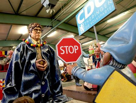 """Thüringen - ein Flop zu viel, für """"AKK"""" ist aus das Spiel. So kam die Wahrheit nun ans Licht: Die """"Konfektionsgröß`"""" passte nicht! Zugnummer 65 """"Es Annegret"""" © Foto: Diether v Goddenthow"""