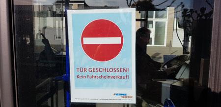 Zur Sicherheit der Busfahrer und Busfahrerinnen dürfen Passagiere nur hinten einsteigen und auch nicht mehr aus Infektionsschutz die Fahrkarten im Automaten entwerten. © Foto: Diether v Goddenthow