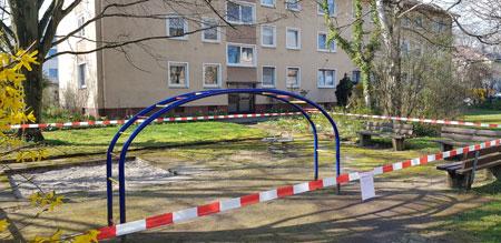 Selbst Spielplätze in Wohnanlagen sind gesperrt, für Familien mit Kindern besonders hart. © Foto: Diether v Goddenthow