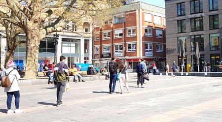 Vorbildlich: Vor der Poststelle am Wiesbadener Mauritiusplatz halten Bürger jeweils den nötigen Abstand zum Vordermann. © Foto: Diether v Goddenthow