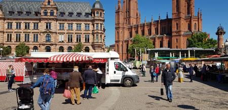 Auch auf dem Wiesbadener Wochenmarkt darf ab 27. April 2020 nur noch mit Mundschutz eingekauft werden.Wichtig ist, dass die Abstands- und Hygiene-Regeln wie bislang strikt eingehalten werden. © Foto: Diether v Goddenthow