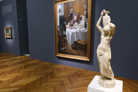 """Louis-Marie Ottin (1811–1890) , Skulptur """"Junges Mädchen eine Vase tragend""""  im Hintergrund Claude Monets (1840–1926) """"Das Mittagessen"""" © Foto: Diether v Goddenthow"""