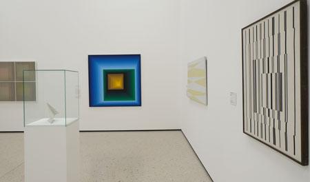 """Geometrische Abstraktionen. Im Hintergrund: Victor Vasarely (1906–1997) mit """"Rey-Tey-Ket"""", 1969 Arcyl auf Leinwand 160 × 160 cm. © Foto: Diether v. Goddenthow"""