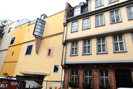 Goethehaus (r) u. Romanikmuseum (l), welches 2021 /22 eröffnet werden soll. © Foto: Diether v. Goddenthow