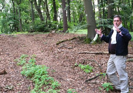 Projektleiter Prof. Dr. Detlef Gronenborn (RGZM) erläutert die Dimensionen dieser im Durchmesser 90 Meter betragenden Anlage mit einer erhaltenen Höhe von sechs Metern. © Foto: Diether v. Goddenthow