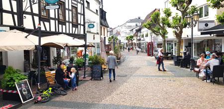 Neue Lockerungen - Ab 28. Mai 2020 entfällt beispielsweise die 5-Quadratmeter-Regel für Restaurantbetriebe in Hessen. Foto: Impression aus Hofheims Fußgängerzone.  © Foto: Diether v. Goddenthow