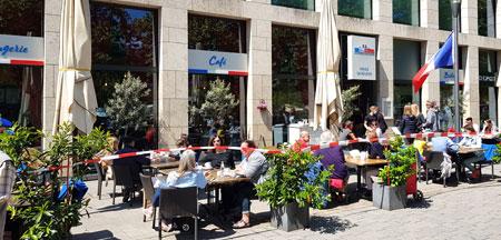 """Lokale und Cafés hatten, wie hier am Dern'schen Gelände in Wiesbaden, bei herrlichem Wetter  einen guten Start. Zu schaffen macht vielen Gastwirten das um 50 Prozent reduzierte Platzangebot. Kleinere Lokale ohne Außenbereich können wegen der """"5qm-Regel-pro-Person"""" gar nicht öffnen, da sich ihr Aufwand für die verbliebenen möglichen Gäste kaum lohnt. Sie bieten wie beispielsweise der Asiate in der Mauergasse oder die Nudelbar in der Neugasse ihre Gerichte oftmals im Take-Away-Service an   © Foto: Diether v. Goddenthow"""