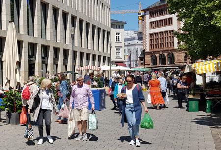 Deutlich belebter war das Geschehen auf dem Wiesbadener Wochenmarkt. © Foto: Diether v. Goddenthow