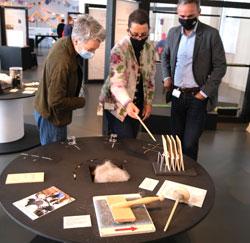 Susanne Gesser (mitte) demonstriert Ina Hartwig (li) u. Dr. Jan Gerchow die Idee der Werkinseln.© Foto: Diether v. Goddenthow