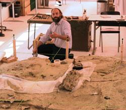 Philipe Havlik zeigt im externen Grabungsmuseum auf dem Senckenberggelände seinen Lieblingsfund , einen 7 mm langen Saurierzahn. © Foto: Diether v. Goddenthow