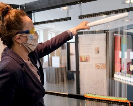 Karin Berrio, Leiterin der Museumskommunikation, demonstriert an der Webstation wie mit UV-Strahlung innerhalb kürzester Zeit auch Bereiche zu 99,9 Prozent desinfiziert werden können,  die man mit  Flächendesinfektionsflüssigkeiten nicht erreicht.© Foto: Diether v. Goddenthow