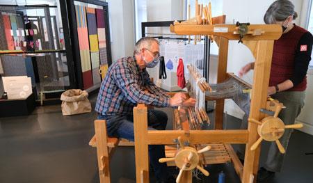 Die Museumspädagogen zeigen auch wie manuelles Weben am großen Webstuhl funktioniert. © Foto: Diether v. Goddenthow