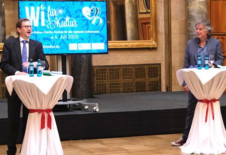 """Bürgermeister und Wirtschaftsdezernent Dr. Oliver Franz (li) präsentiert gemeinsam mit Michael Stein, Geschäftsführer von Palast Promotion """" Wi für Kultur"""" zur Förderung coronabedingt in Not geratener Kulturschaffender © Foto: Diether v. Goddenthow"""
