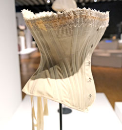 Korsett in Form gewebt, um 1900. Seit den 1820ern kam  das  Korsett in unterschiedlichen Ausführungen bis 1910 erneut wieder in Mode.© Foto: Diether v. Goddenthow