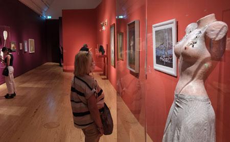 """Ausstellungsimpression """"Fantastische Frauen. Surreale Welten von Meret Oppenheim bis Frida Kahlo"""", Schirn Kunsthalle Frankfurt. Meret Oppenheim """"Abendkleid mit Büstenhalter"""" © Foto: Diether v. Goddenthow"""