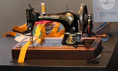 Die ersten Nähmaschinen, die Adam Opel verkauft hat, hat er nicht nur an Schneidermeister verkauft, die  Kleider individuell gefertigt haben. © Foto: Diether v. Goddenthow