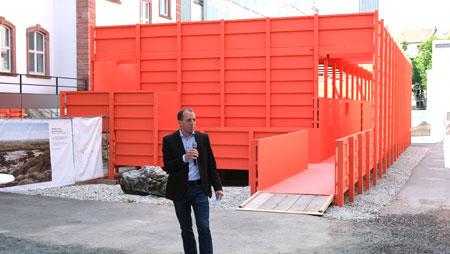 Prof. Dr. Andreas Mulch, Direktor des Senckenberg Forschungsinstituts und Naturmuseums in Frankfurt vor Edmonds Urzeitreich_Pavillon © Foto: Diether v. Goddenthow