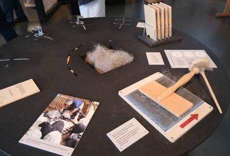 """Die Ausstellung zeigt zunächst einmal """"welche Schritte es denn für die Herstellung eines Textils braucht. Wie kommt man denn überhaupt zu einer Faser und  von der Faser zu einer textilen Fläche? © Foto: Diether v. Goddenthow"""