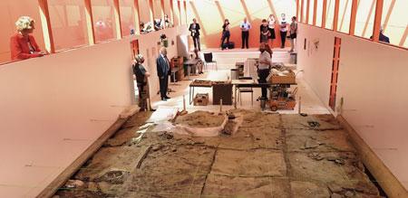 """Edmonds Urzeitreich_Pavillon als temporäre Grabungsstätte neben dem Senckenberg-Naturmuseum. Besucher können hier den Archäologen über die Schultern schauen und live beim Freilegen von Fundstücken dabei sein. Sobald es """"Corona"""" zulässt, ist geplant, dass Besucher in einem zweiten Pavillonbereich  auch selbst nach Fossilien graben können. © Foto: Diether v. Goddenthow"""