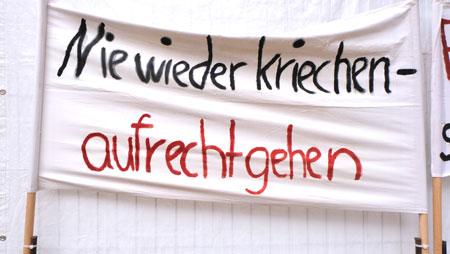 """""""Nie wieder kriechen - aufrechtgehen"""", war eine der Befreiungsparolen der friedlichen Revolution gegen die Unterdrückung  der nicht linientreuen Bevölkerung in der DDR. Denn wer in der früheren DDR-Diktatur eine nicht SED-konforme Meinung hatte oder auch nur mal einen falschen Scherz machte, wurde bespitzelt, überwacht, unterdrückt, von Bildung und beruflicher Laufbahn ausgeschlossen, verfolgt, erfuhr Gewalt und/ oder wurde weggesperrt. © Foto: Diether v. Goddenthow"""