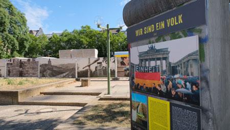 """Impression der Sonderausstellung """"Von der friedlichen Revolution zur deutschen Einheit"""" auf dem Wiesbadener Kranzplatz.© Foto: Diether v. Goddenthow"""