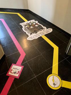 Stephan Rürups farbiges Einbahnstrassen-System  leitet die Besucher coronasicher durchs komische Museum.