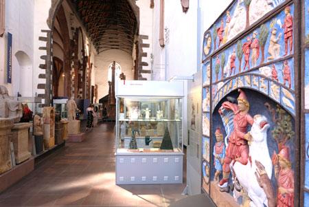 Archäologisches Museum mit rechts Mithräum-Kultplatte © Foto: Diether v. Goddenthow