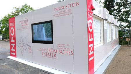 Der Info-Point besteht aus zusammengefügten Kontainern und hat zirka 70 qm Innenraum für Info-Theke, Ausstellungsraum und Toilette. © Foto: Diether v. Goddenthow
