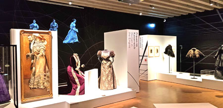 """Impression """"Kleider in Bewegung"""", verlängert bis 24. januar 2021 Historisches Museum Frankfurt. © Foto: Diether v. Goddenthow"""