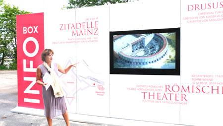 Marianne Grosse informiert als zuständige Dezernentin für Bauen, Denkmalpflege und Kultur über den neuen Info-Point.  © Foto: Diether v. Goddenthow