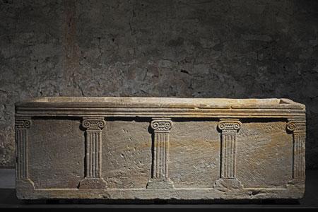 Der Pilastersarkophag. © Staatliche Schlösser und Gärten Hessen