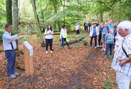 Projektleiter Prof. Dr. Detlef Gronenborn referiert an Stele Nr. 3 über die Historische Waldnutzung im Spätmittelalter, nachdem Hofheim 1352 Stadtrechte erhalten hatte und damit das Recht, den Wald auf dem Kapellenberg zu nutzen. © Foto: Diether v. Goddenthow