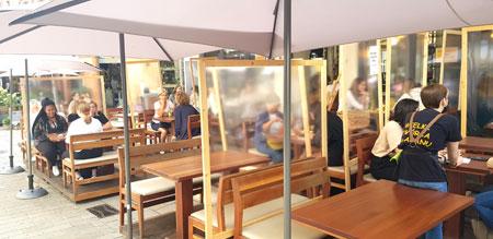 Mit Acrylglas-Hygieneschutz-Wänden, Zeltdächern und Heizpilzen können zahlreiche Gastronomen auch in den kälteren Jahreszeiten im Außenbereich bewirten und so durch den Winter kommen. © Foto: Diether v. Goddenthow