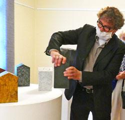 Michael Kropp erläutert die spezielle Herstellweise und Funktion eines Klangsteins. © Foto: Heike v. Goddenthow