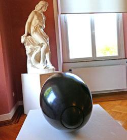 """Ausstellungsimpression """"Spannungsfelder– Kubach& Kropp"""" - hier sehr gut gelungen die Steinkugel im Spannungsfeld mit Mamorskulptur von Cauer. © Foto: Heike v. Goddenthow"""
