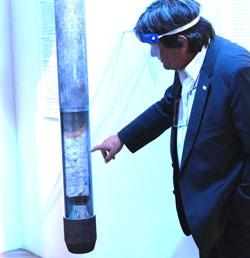 Dr. Gerd Hoffmann-Wieck (GEOMAR) zeigt, wie die mit dem Schwerelot aus dem Meeresboden gestanzten Sedimentschichten geborgen werden und man aus ihnen lesen kann. © Foto: Diether v. Goddenthow