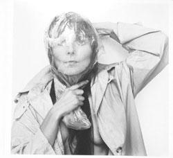 Cornelia Schleime. Neben ihren fotografischen Selbstporträts zeigt die Künstlerin eine Serie, in der sie die über sie geführte Akte des Ministeriums für Staatssicherheit mit Selbstporträts ironisch konterkariert. © Foto: Diether v. Goddenthow