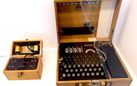 Historische Apparaturen wie die Verschlüsselungsmaschine Enigma gewähren Einblicke in die Realität von Überwachung und Geheimhaltung.© Foto: Diether v. Goddenthow