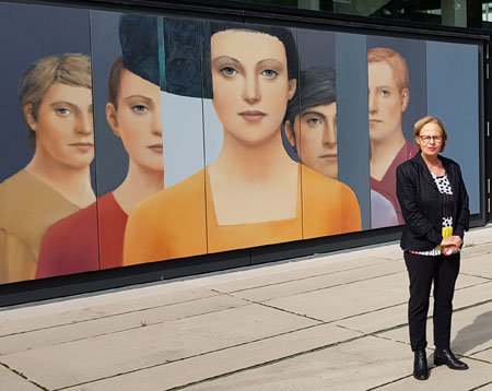 """Silvia Willkens versteht ihre Arbeiten als """"kollektive Porträts"""": Es sind Menschenbilder, die uns immer diffus erinnern. Sie sind das Ergebnis einer Zusammenschau von Persönlichkeiten aus unterschiedlichsten Zeiten und Kulturen, wie sie uns in der Kunst überliefert werden. """"Jedes Gesicht beheimatet ein eigenes Universum"""", erklärt die Künstlerin. """"Jeder Blick ist eine persönliche Reise in den Raum."""" © Foto: Diether v. Goddenthow"""