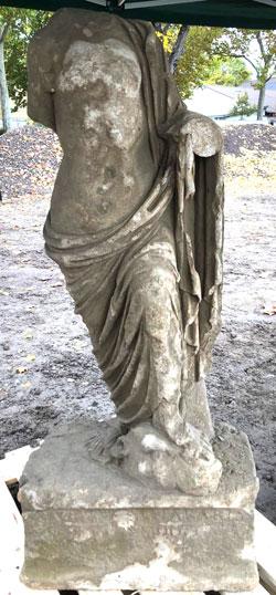 Die eine Skulptur ist bis auf den Kopf vollständig erhalten, bei der anderen handelt es sich um ein Fragment. Beide Skulpturen stammen wohl aus dem 1. oder 2. Jahrhundert.  © GDKE Rheinland Pfalz (Fotos: Agentur Bonewitz)