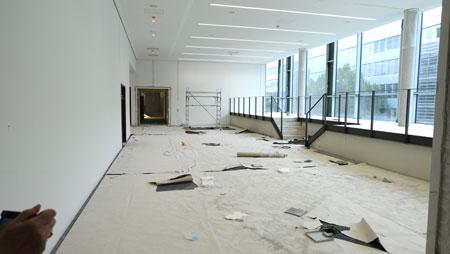 Ein Großteil der nunmehr von 26 auf 80 Leseplätze erweiterten Bibliothek wird auf einer Empore an der Glasfront mit Blick zur Rheinstraße zu finden sein. Der Raum dient auch als Vortragsraum. © Foto: Diether v. Goddenthow