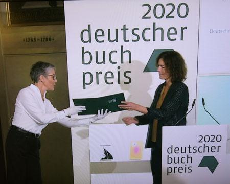 Karin Schmidt-Friderichs, die neue Vorsteherin des Börsenvereins des Deutschen Buchhandels, überreicht Anne Weber die Urkunde zum Deutschen Buchpreis 2020. (Streaming-Ausschnitt)
