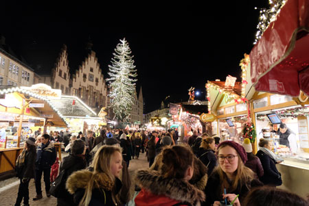 Aufgrund der stark ansteigenden Infektionszahlen wird nun der Frankfurter Weihnachtsmarkt 2020 doch komplett abgesagt.  Archivbild vom 2019er Frankfurter Weihnachtsmarkt. © Foto: Diether v. Goddenthow