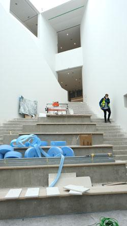 Vom Foyer aus gelangt man über die Freitreppe ab 2023 zu der neuen Daueraussstellung in der ersten Etage. © Foto: Diether v. Goddenthow