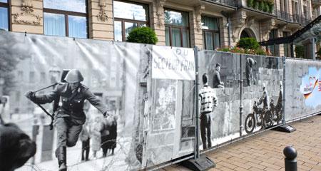 """Plakatwand aus der Ausstellung """"Wir leben Freiheit""""."""