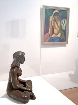 """Auch Neues gibt es zu entdecken, beispielsweise August Macke als Bildhauer. Im Vordergrund die Skulptur """"Sitzendes Mädchen"""" im Hintergrund sein berühmtes Werk """"Nacktes Mädchen mit Kopftuch"""" Foto: Diether v. Goddenthow"""