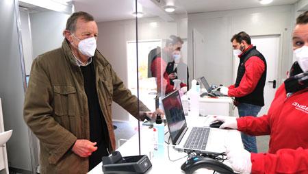 Bis zu 400 Tests am Tag bewältigt das neue Covid-19-Testzentrum für Selbstzahler am RheinMainCongressCenter. Binnen 24 Stunden erhalten Probanden Testergebnis online mitgeteilt. Kostenpunkt: 69 Euro. Eventuell übernehmen aber die Kranken-Kassen im Nachhinein die Kosten, etwa bei einem positiven Testergebnis. Wiesbadens ehemaliger Oberbürgermeister Achim Exner (li.) ist mit den Krankenkassen im Gespräch und empfiehlt, die Krankenkassen im Bedarfsfall anzusprechen. Da die Privaten Krankenkassen in der Regel 179 Euro pro ärztlich verordnetem Test bezahlen müssten, dürften diese ein besonders offenes Ohr dafür haben. Exners Initiative und guten Verbindungen verdankt Wiesbaden das Privileg dieser privaten Teststation, die im RheinMain-Gebiet ansonsten momentan nur noch am Frankfurter Flughafen gibt. © Foto Diether v. Goddenthow
