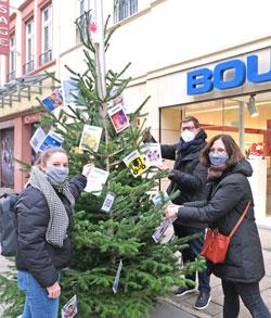 """Gerade fertig mit dem Schmücken ihres  """"sensor-Weihnachtsbaums"""" ist Dirk Fellinghauers Redaktionsteam. © Foto Diether v. Goddenthow"""