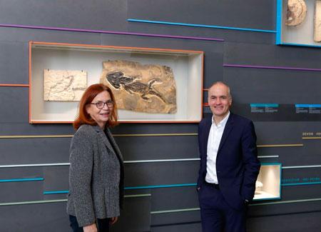 Dr. Gabriele Gruber und Dr. Martin Faass vor dem Sclerocephalus (Urluch) aus dem Perm (270 Mio.) des Saar Nahe Beckens. Foto: © HLMD