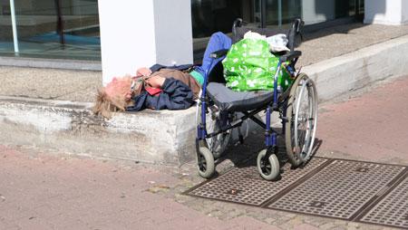 Nehmen Sie am besten immer einige Fünf-Euroscheine bei Stadtgängen mit. Seien Sie großzügig!  Bedenken Sie, dass es sich bei Obdachlosen zumeist um psychisch behandlungsbedürftige Menschen handelt, häufig mit schweren sozialphobischen Störungen. Betroffene sind mental zumeist außerstande, selbständig ihre Ansprüche auf soziale Leistungen adäquat bei den zuständigen Institutionen zu beantragen und die damit verbundenen Pflichten, von deren Erfüllung die Zahlung von Sozialhilfe oder Grundsicherung abhängen, zu erfüllen. Die Corona-Pandemie hat ihre Situation dramatisch verschlechtert, insbesondere, wenn Behörden aus Infektionsschutzgründen geschlossen sind. © Foto Diether v. Goddenthow